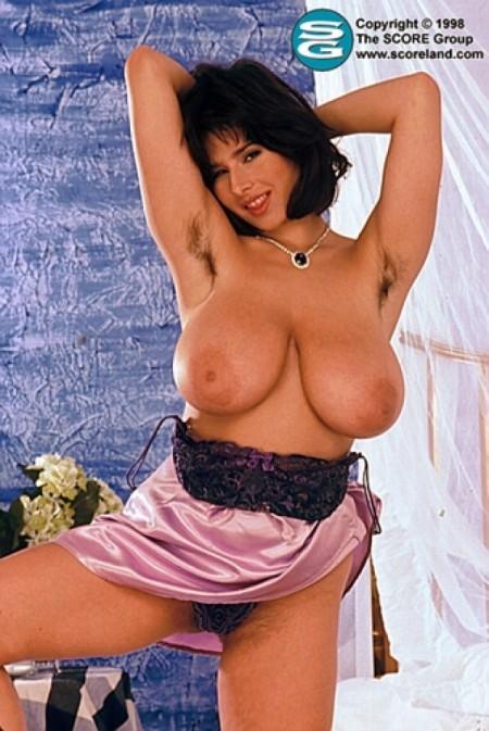 chloe-vevrier-hairy-armpits